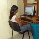 Reydi Migdalis Ramírez mientras revisa sus reportaje