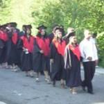 Desfile de los graduandos por las calles de la comunidad.